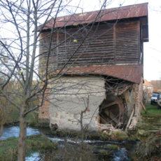 Przybudówka, w której znajduje się koło nie wytrzymała zimy 2009 roku. Płynąca wartka woda podmyła nie tylko brzeg wyspy, ale i mocno nadwyrężyła ściany przybudówki