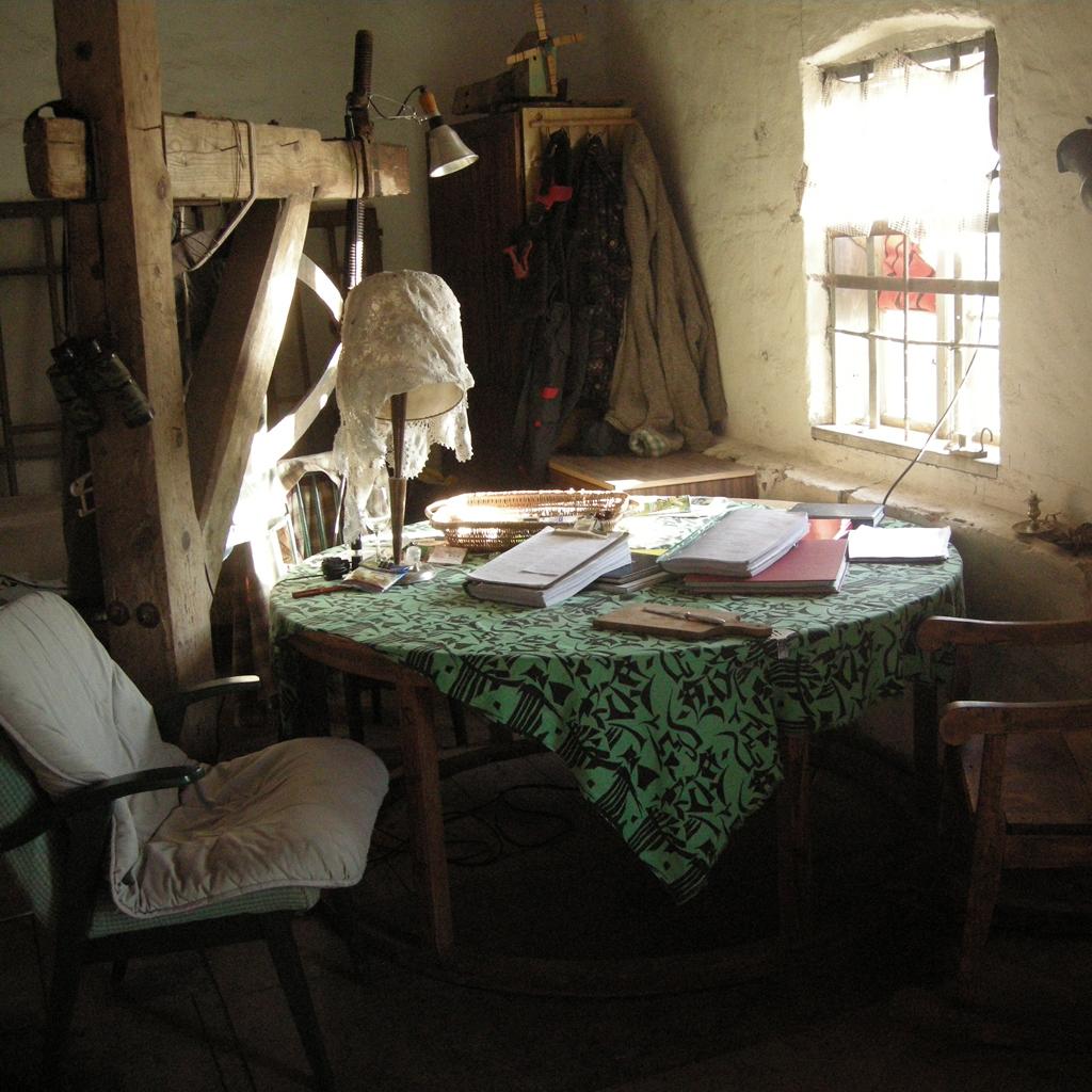 Wnętrze młyna - nasz stół, czyli element mlewnika - osłona na żarna. A obok niego - żuraw służący do zmiany żaren