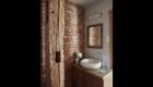 Łazienka w apartamencie - widok na szafkę z umywalką