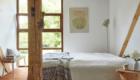 Pokój z komodą - widopk na łóżko i okno